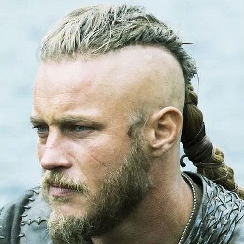 Vikingo con trenza larga arriba y calvo a los lados