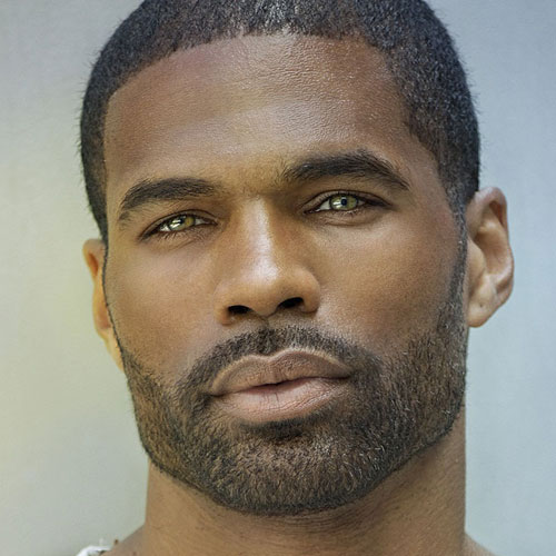 Barba delineda en hombre negro y ojos claros