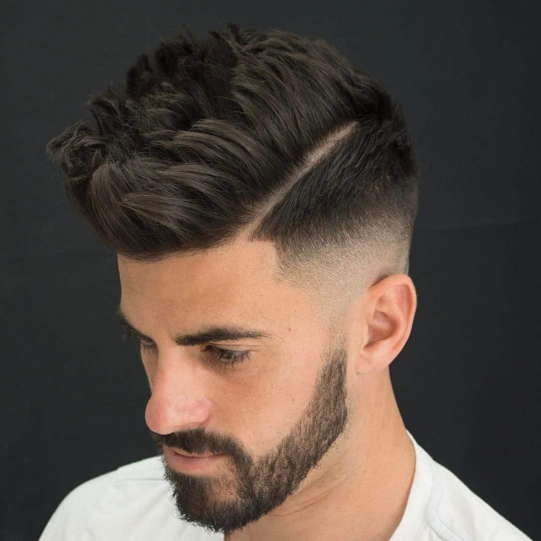 Corte de cabello con barba corta y pelo a un lado