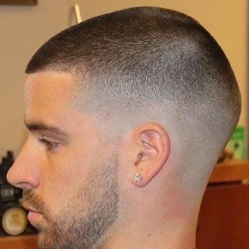 Corte de cabello rapado con barba bien corta