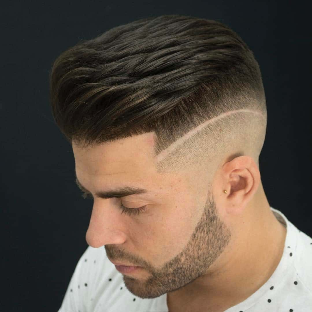Corte de pelo con degradado y linea al lado con barba bien corta