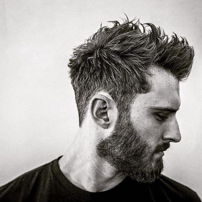 Corte de pelo despeinado y barba estilo descuidado