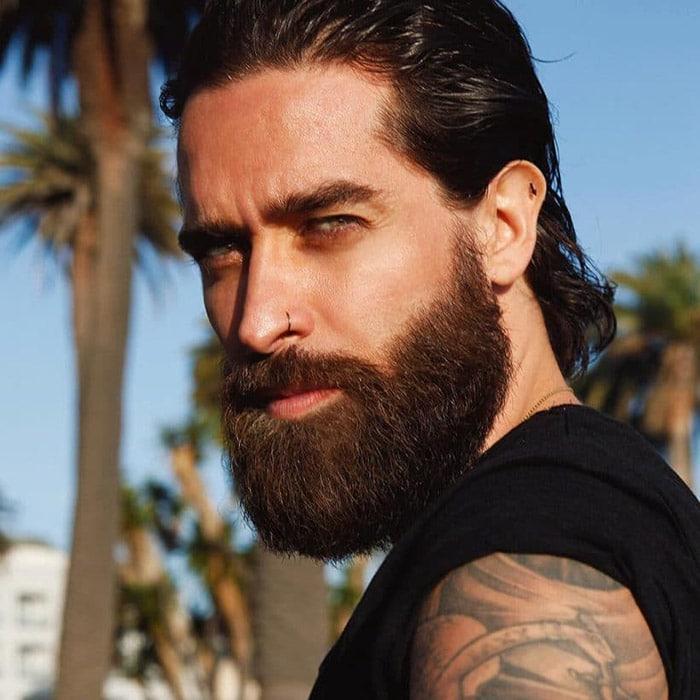 Corte de pelo en hombre joven con barba completa y volumen
