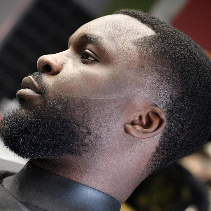 Corte de pelo para hombre negro con barba perfectamente arreglada