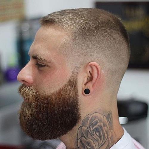 Corte de pelo rapado con barba completa y larga