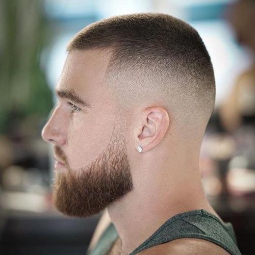 Corte de pelo rapado con degradado desde 0 y barba mediana bien cortada