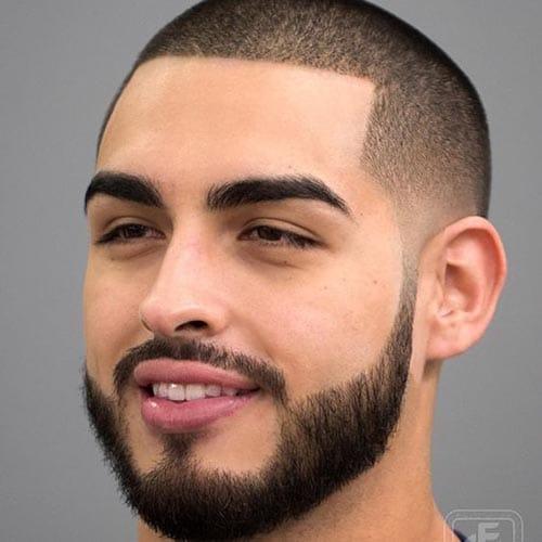 Corte de pelo rapado con fade a los lados con barba completa