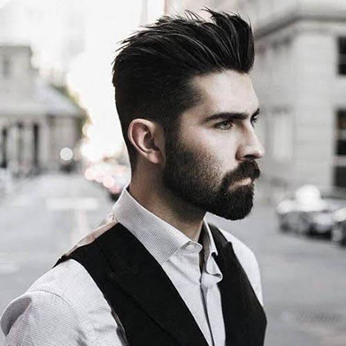 Hombre Guapo con barba mediana y pelo peinado hacia atras