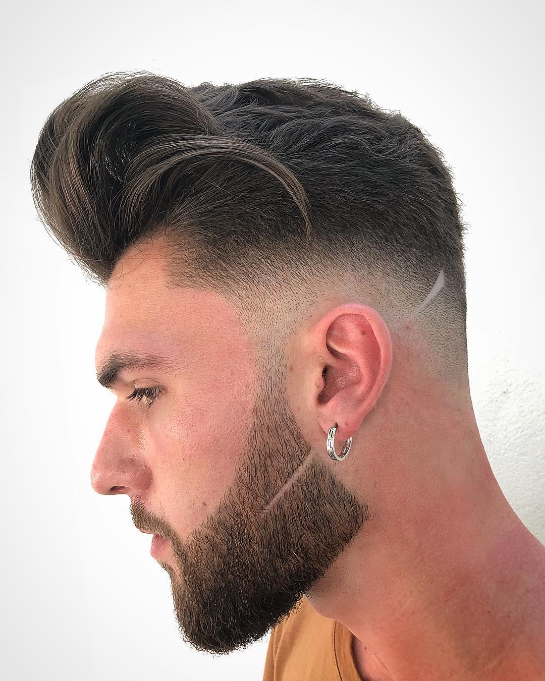 Hombre con barba delineada y corte de pelo con dregradado