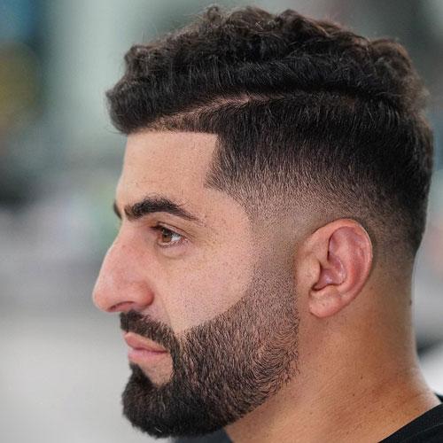 Hombre con barba delineada y degradado arriba