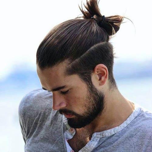 Hombre guapo con barba y melena hacia atras
