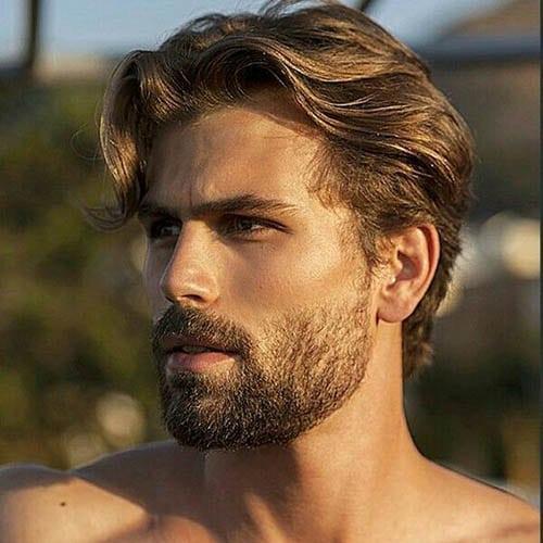Hombre guapo con melena y barba