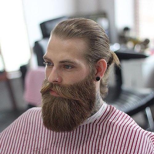 barba de leñador clasico con pelo largo recogido