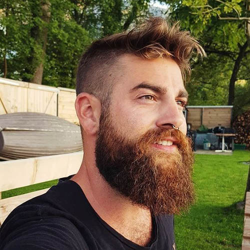 barba de leñador con corte de pelo con degradado a los lados