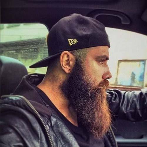 barba de leñador en hombre con gorra