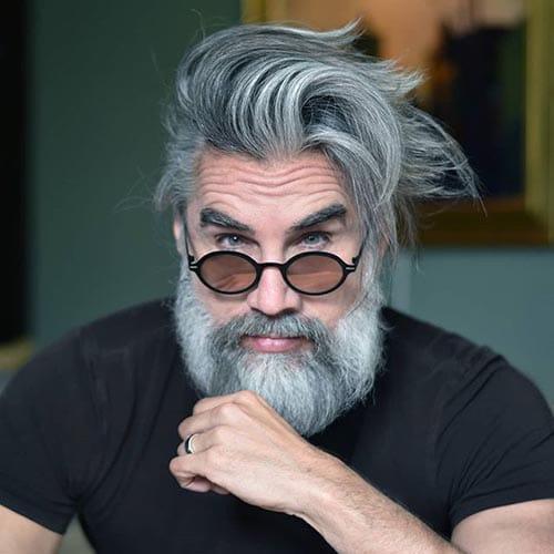 barba de leñador en hombre mayor con pelo largo