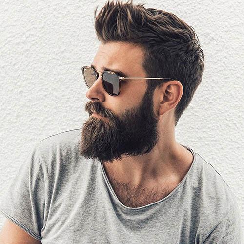 hombre guapo con gafas y barba larga