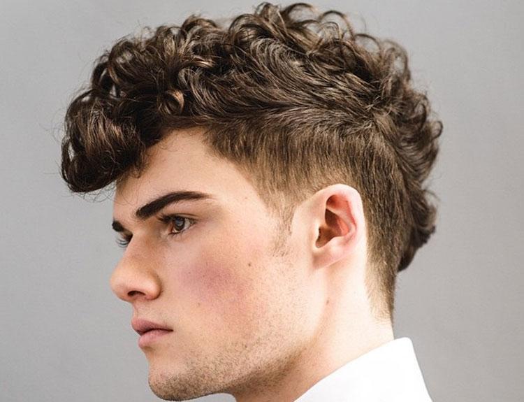 Corte de cabello en pelo rizado con degradado a los lados