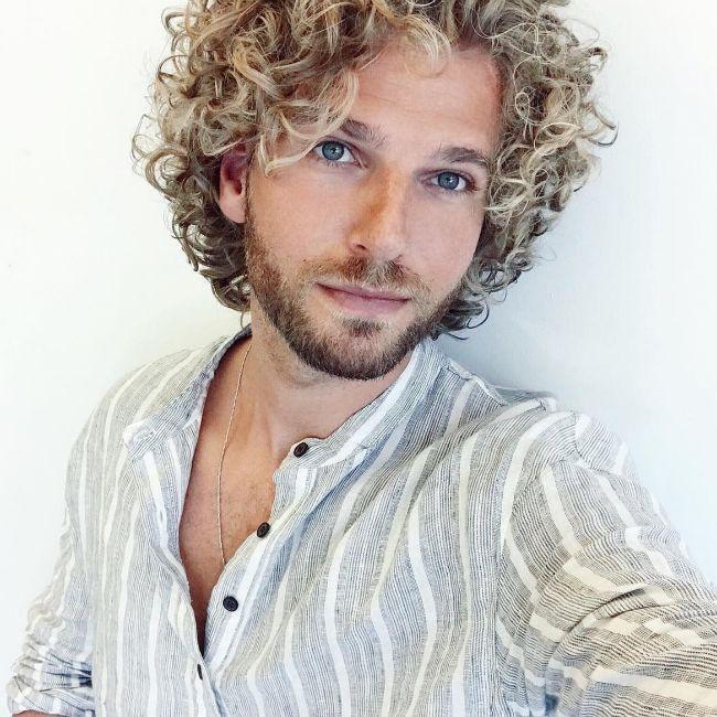 Corte de cabello y peinado de pelo rizado mediano