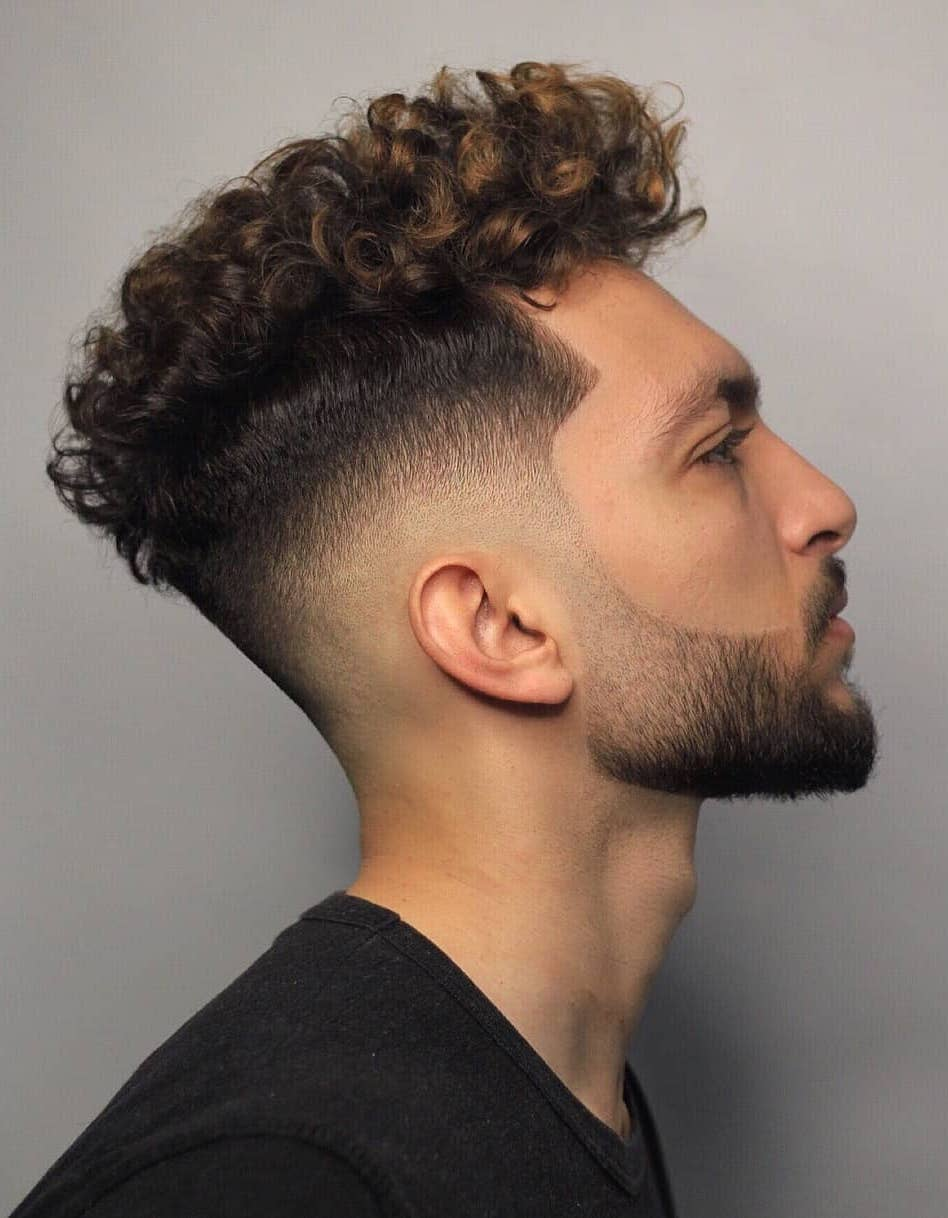 Degradado en pelo rizado con barba bien marcada