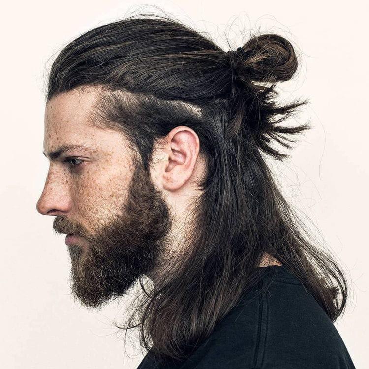 Hombre con cabello recogido hacia atras