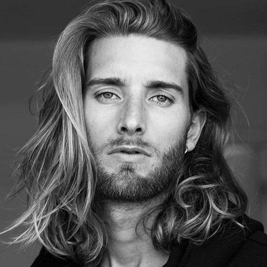 Hombre con cabello Hondulado y largo hacia atras