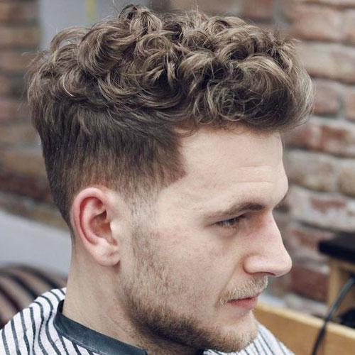 corte clasico en hombre con pelo rizado con fade a los lados