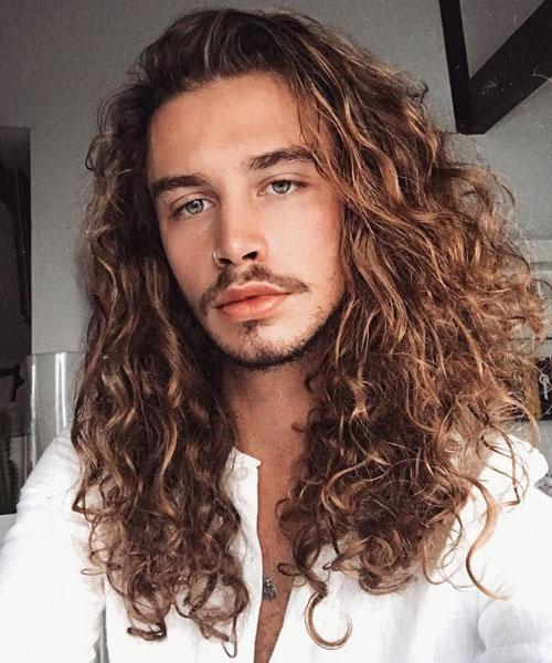 hombre con pelo largo y crespo