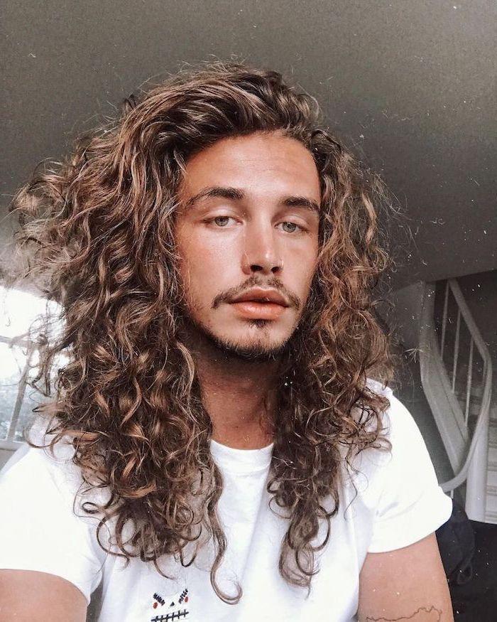 peinado de cabello rizado en hombre joven