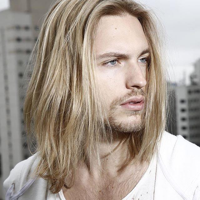 pelo largo lacio en hombre rubio y joven
